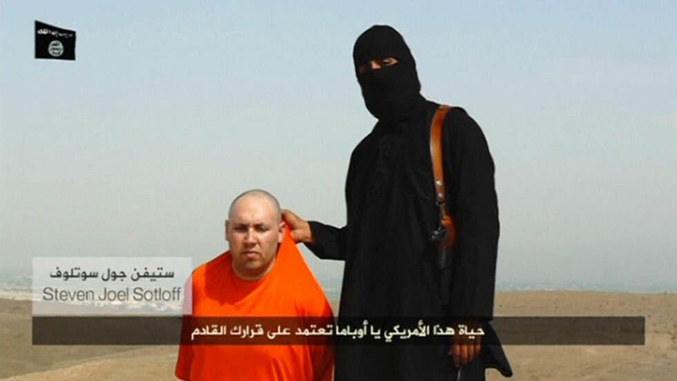 TRUET PÅ LIVET: I videoen der journalist James Foley blir henrettet, vises Steven Sotloff mot slutten. IS truer med å henrette også ham dersom amerikanerne ikke slutter å bombe i Irak. Foto: PRIVAT / REUTERS / NTB SCANPIX