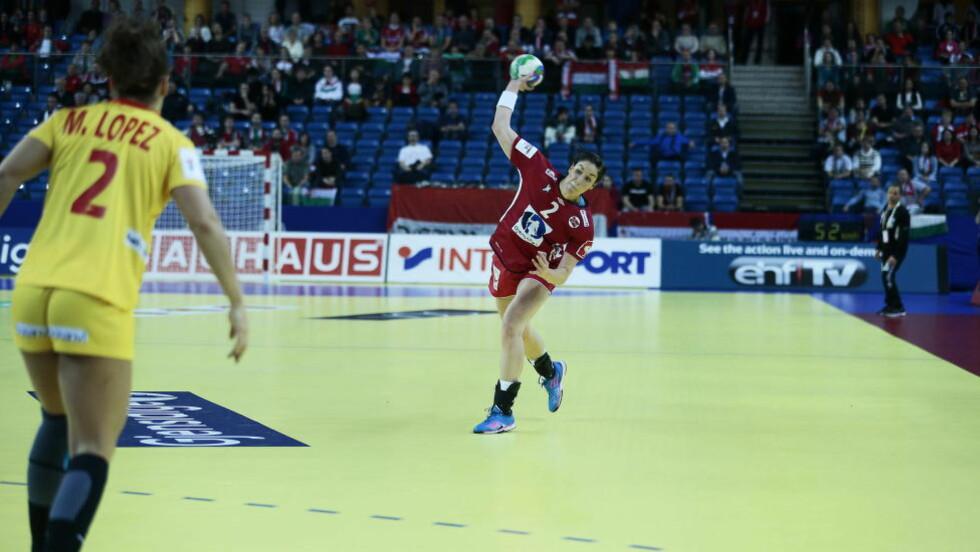 DA LILESØSTER BLE STØRST: Betina Riegelhuth leverte en festkamp. Høydepunktet: Målet fra midt på Spanias halvdel da to sekunder gjensto av førsteomgangen.