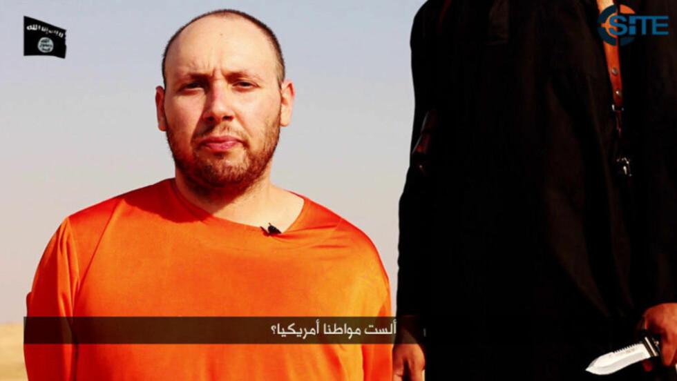 VIDEO AV ANGIVELIG HENRETTELSE:  Dette bildet er hentet fra en video som angivelig skal være av henrettelsen av den amerikanske journalisten Steven Sotloff. Videoen er ikke offisielt bekreftet. Foto: REUTERS/Islamic State via Reuters.