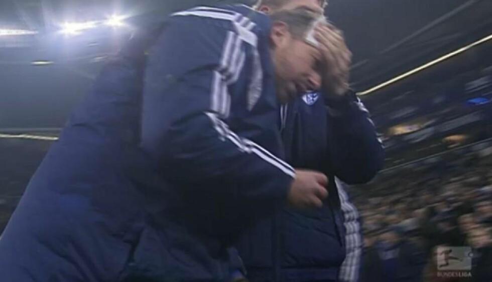 VOND SMELL: Assistenten til Schalke-trener Roberto Di Matteo, Sven Hübscher, måtte få behandling etter et ligherkast under dagens kamp mot Köln. Skjermdump: Eurosport