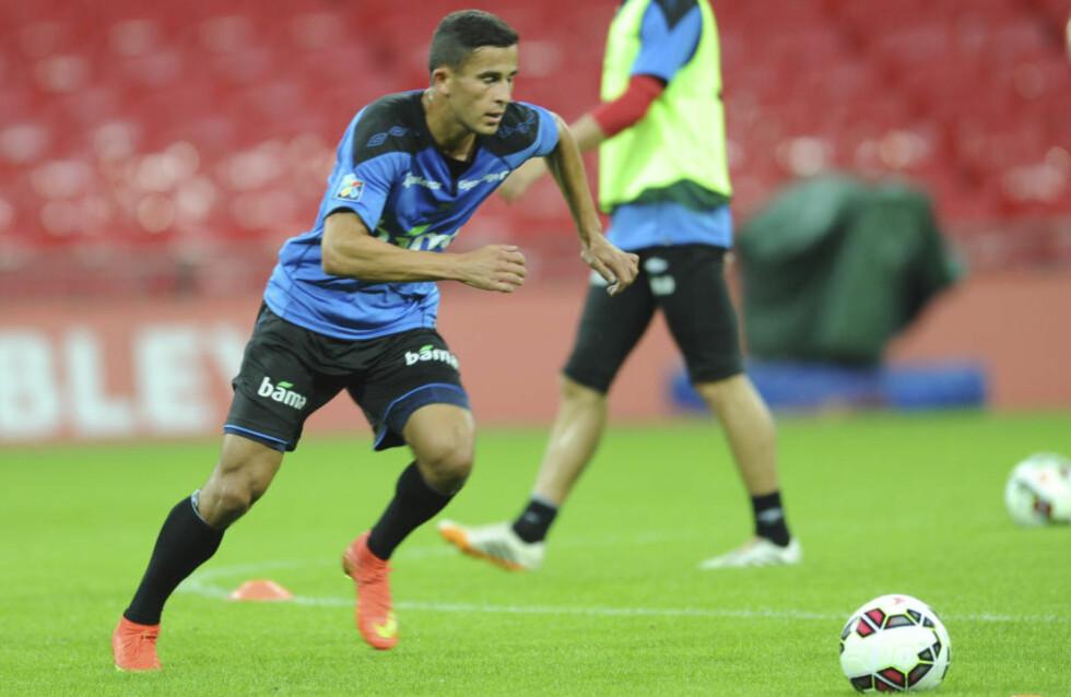 GLEDER SEG: Omar Elabdellaoui fikk trener på Wembley-matta i går. I kveld spiller Norge mot England. Foto: Terje Pedersen / Scanpix