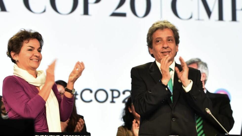 FORNØYDE MED SEG SELV: Christiana Figueres og Perus miljøminister Manuel Pulgar applauderer delegatene i Peru. Foto: SCANPIX/AFP/CRIS BOURONCLE