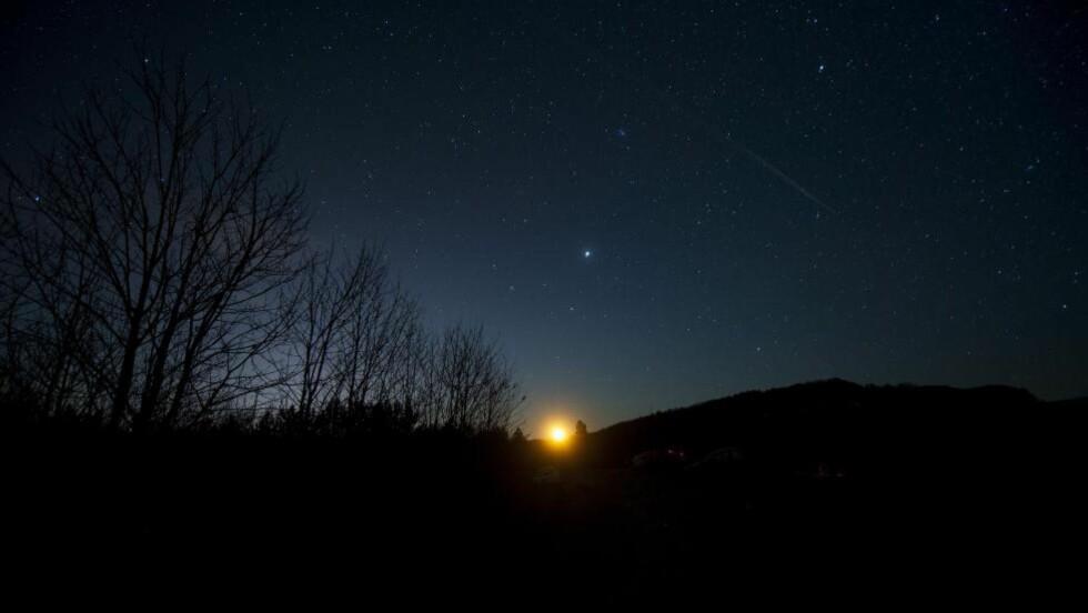SJELDEN:  I motsetning til de fleste andre meteorsvermer, er Geminidene ikke forbundet med en komet, men med en asteroide - nemlig «3200 Phaethon». Dette bildet er fra Makedonia, og ble tatt i går natt. Foto: AFP / NTB Scanpix.