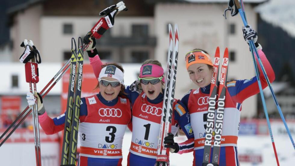 FULL PALL: Ingvild Flugstad Østberg (midten) tok sin første individuelle verdenscupseier på sprinten. På plassene bak fulgte Maiken Caspersen Falla (t.v.) og Celine Brun-Lie. Foto: Berit Roald / NTB scanpix
