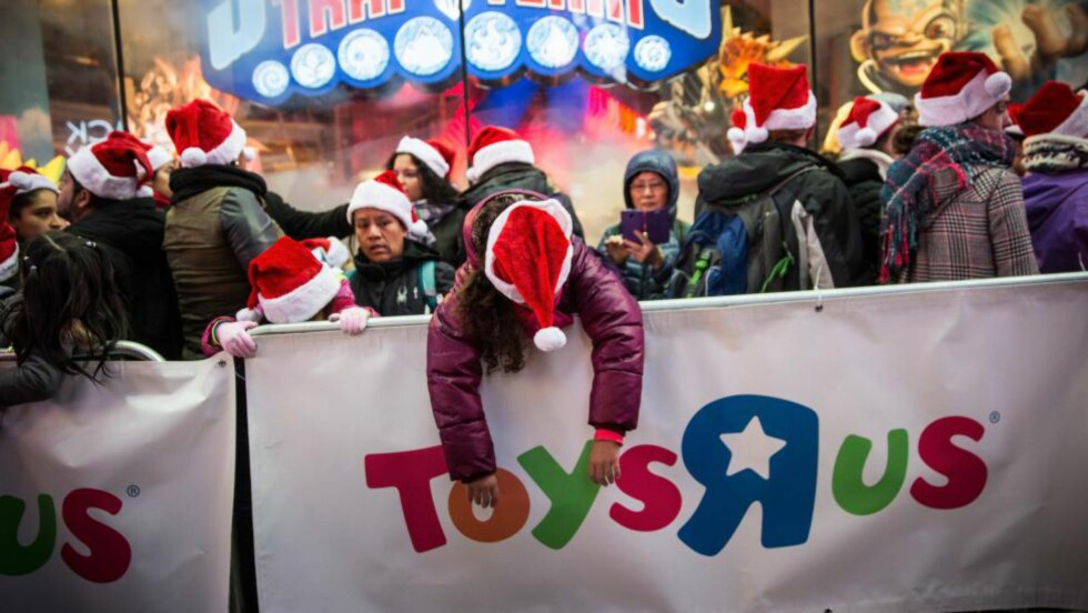 - EN ENGEL: - Det føles som jeg ble en del av noe helt spesielt - at jeg ble berørt av en engel, sier en av Toys R Us' kunder i Bellingham, Massachusetts, som fikk julegavene betalt av en ukjent kvinne. Bildet er fra New York. Foto: Andrew Burton/Getty Images/AFP