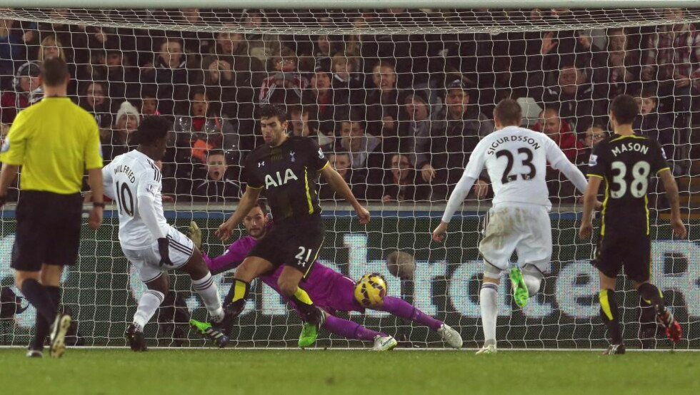 1-1: Her utligner Wilfried Bony Tottenhams tidlige ledermål. Foto: GEOFF CADDICK / AFP / SCANPIX