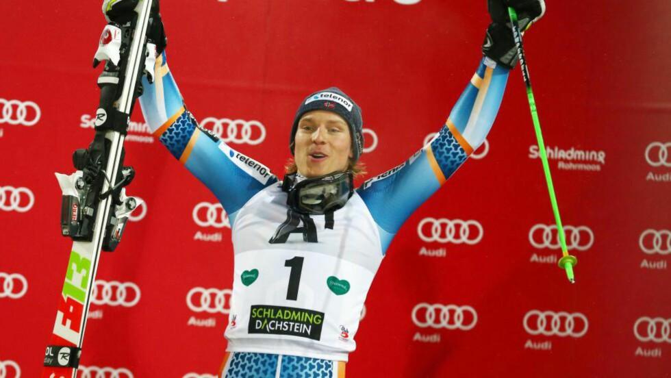 VINNER I ØSTERRIKE: Henrik Kristoffersen tok sin første verdenscupseier i Schladming i januar. Nå er han nominert til Folkets Idrettspris. Foto:(AP Photo/Giovanni Auletta / NTB Scanpix