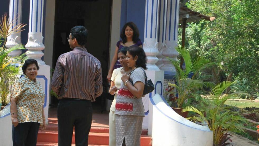 - WOW: - Wow! Det er nydelig, utbrøt Aletha Dsouza da Dagbladet ringte henne. Her er hun (i lilla kjole) foran huset sitt i Goa. Foto: Privat