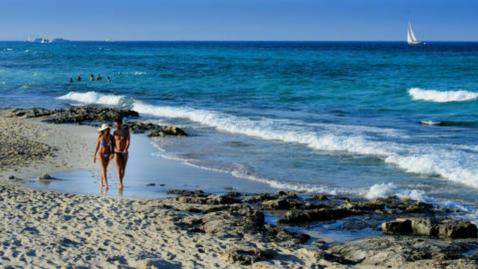 PÅ STRANDTUR: Det italienske paret Matteo og Lia på strandtur mellom Playa ses Illetes og Playa Lllevant på Formenteras nordspiss. Foto: JOHN TERJE PEDERSEN
