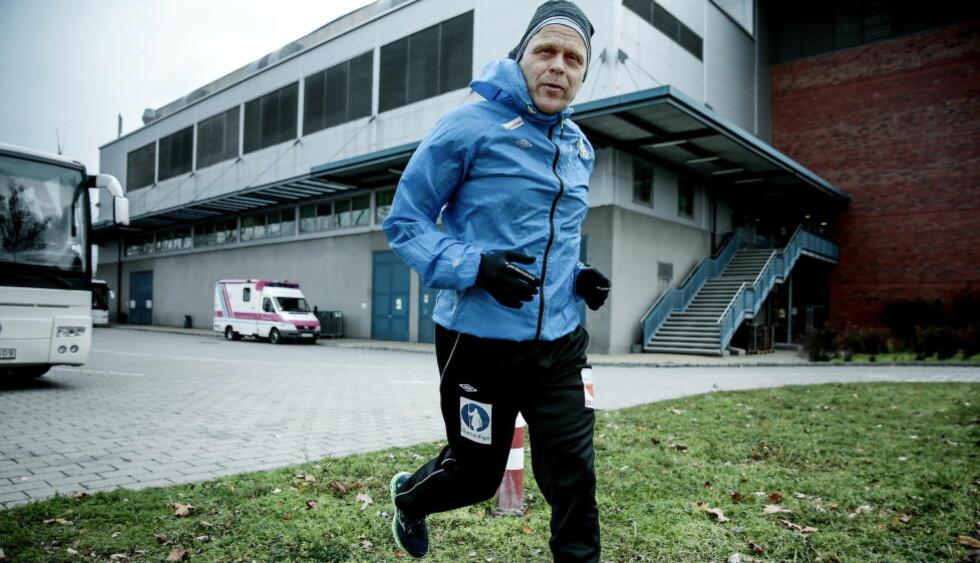 PÅ VEI MOT NOE STORT: Landslagstrener Thorir Hergeirsson vil lede håndballjentene til en EM-semifinale med seier mot Polen i Debrecen i kveld. Her er han på joggetur på vei tilbake til hotellet etter en trening i kamphallen.