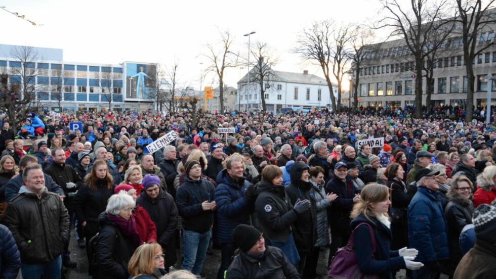 VIL BEHOLDE SYKEHUSET: Søndag samlet tusenvis av mennesker seg på Kongens Plass i Kristiansund, for å stoppe planene om å flytte sykehuset til Molde. Foto: SOLVEIG OTERHALS LANDSVIK/ROMSDALS BUDSTIKKE