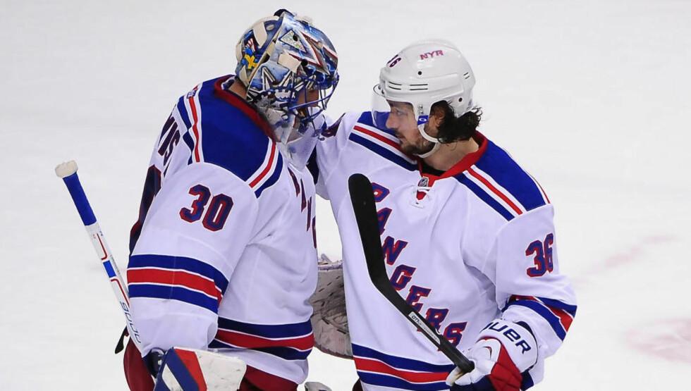 POENG: Nok en gang noterte Mats Zuccarello Aasen seg i poengprotokollen da Rangers ble for sterke for Edmonton Oilers. Rangers' svenske målvakt Henrik Lundquist stengte buret. Foto: Anne-Marie Sorvin-USA TODAY Sports/NTB Scanpix