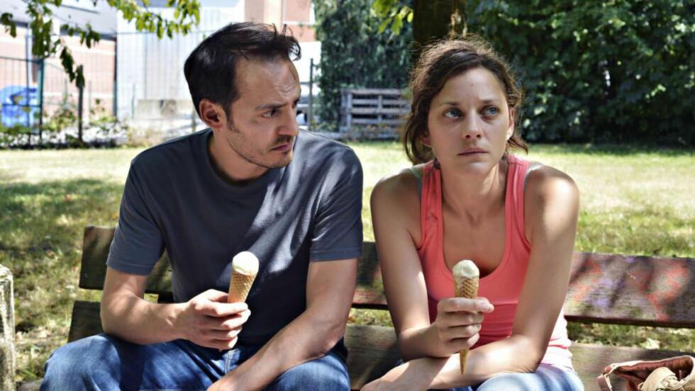 MOTLØS: Sandra (Marion Cotillard) lener seg på ektemannen (Fabrizioi Rongionoe) og lykkepillene i «To dager, en natt».