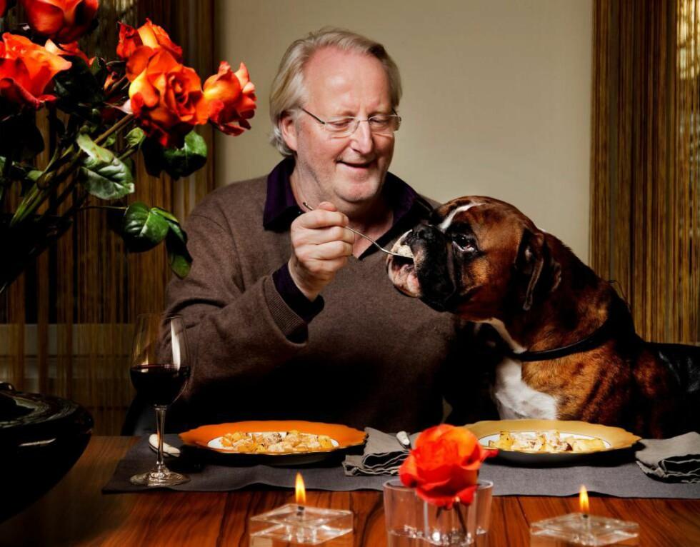 BIKKJEGLAD: Bikkjeglad: Eyvind Hellstrøm spiser gjerne hjort, poteter og viltsaus med sin trofaste Nelson. Foto: Agnete Brun