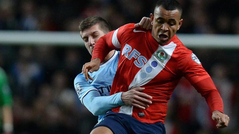 KJØPENEKT: Joshua Kings Blackburn, her i aksjon mot Manchester City, er en av klubbene som nå har fått kjøpe-stopp etter å ha brutt FFP-reglementet. De andre to lagene er Leeds og Nottingham Forest. Foto: AFP PHOTO/ANDREW YATES/NTB SCANPIX