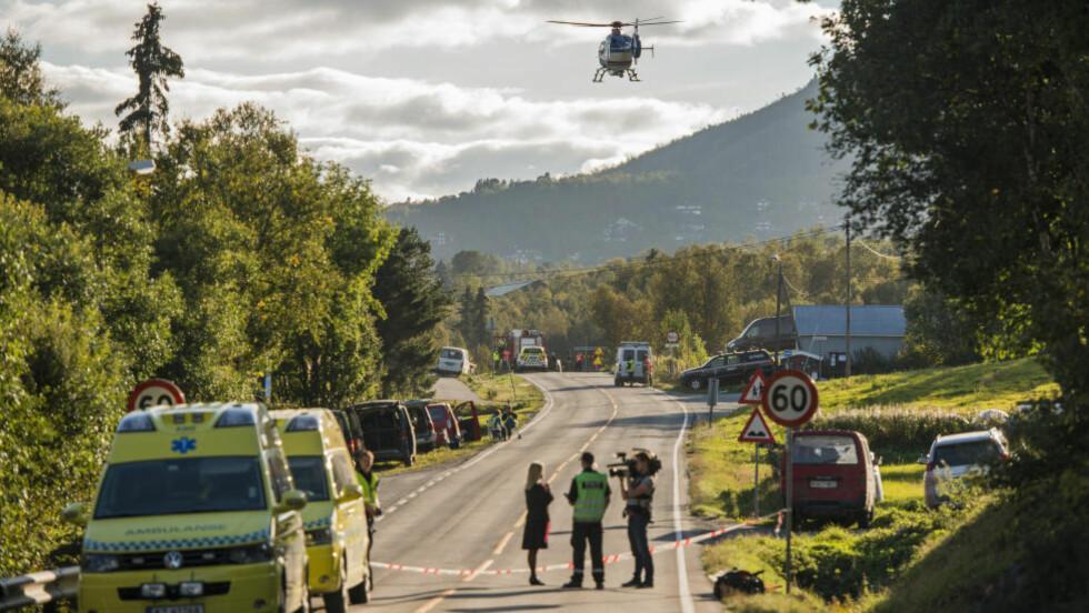 VEIEN ER STENGT: Riksvei 7 ble stengt umiddelbart etter spregningsulykken onsdag. Foto: Fredrik Varfjell / NTB scanpix