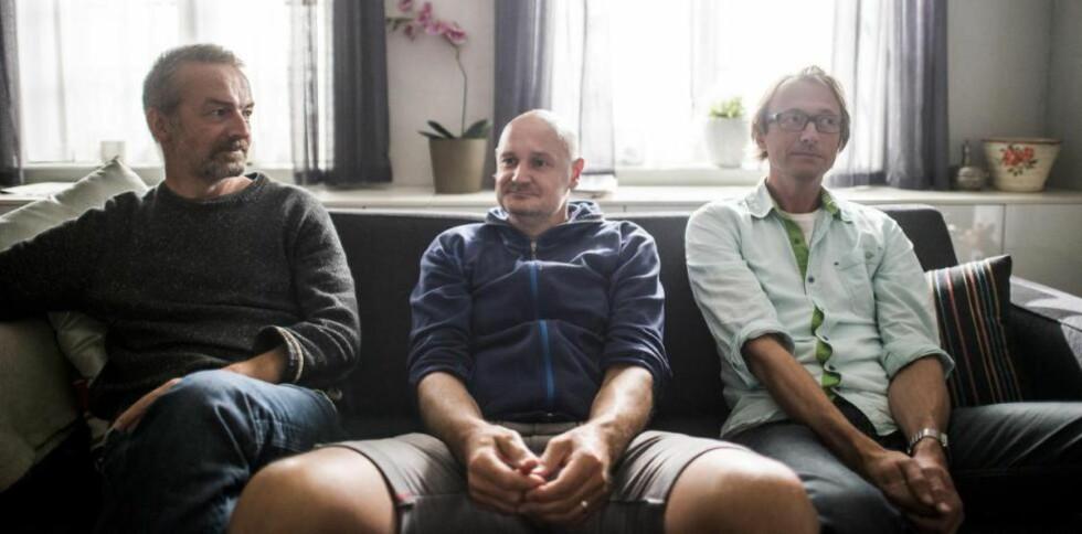 BAKMENNENE: Per Schreiner (f.v.), Erlend Loe og Bjørn Olaf Johannessen har sammen skrevet den nye NRK-serien «Kampen for tilværelsen» som har premiere på onsdag. Her i sofaen til en av familiene i serien, der det oppstår flere pinligheter.