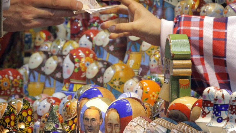 HVOR MYE KOSTER DET? Hvor mye skal man betale for en matrioshka i Russland. I dag stupte rubelen med 8,5 prosent. EPA/MAXIM SHIPENKOV Scanpix
