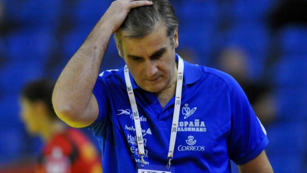 HVA SKJEDDE!?  Spania-sjef Jorge Duenas etter tapet mot Romania. Foto: NTB Scanpix