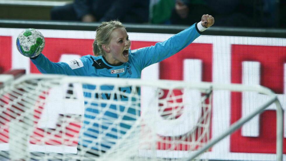 JUBEL: Sandra Toft jubler mot motstanderfansen etter seieren mot Ungarn mandag kveld. Foto: Bjørn Langsem / DAGBLADET