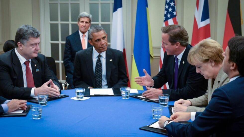 MIDTPUNKTET : Ukrainas president Petro Porosjenko var midtpunktet da NATO-toppmøtet startet i Cardiff i dag. Her sammen med USAs president Barack Obama, Storbritannias statsminister David Cameron, og Tysklands forbundskansler Angela Merkel.  EPA/STEFAN ROUSSEAU / POOL Scanpix