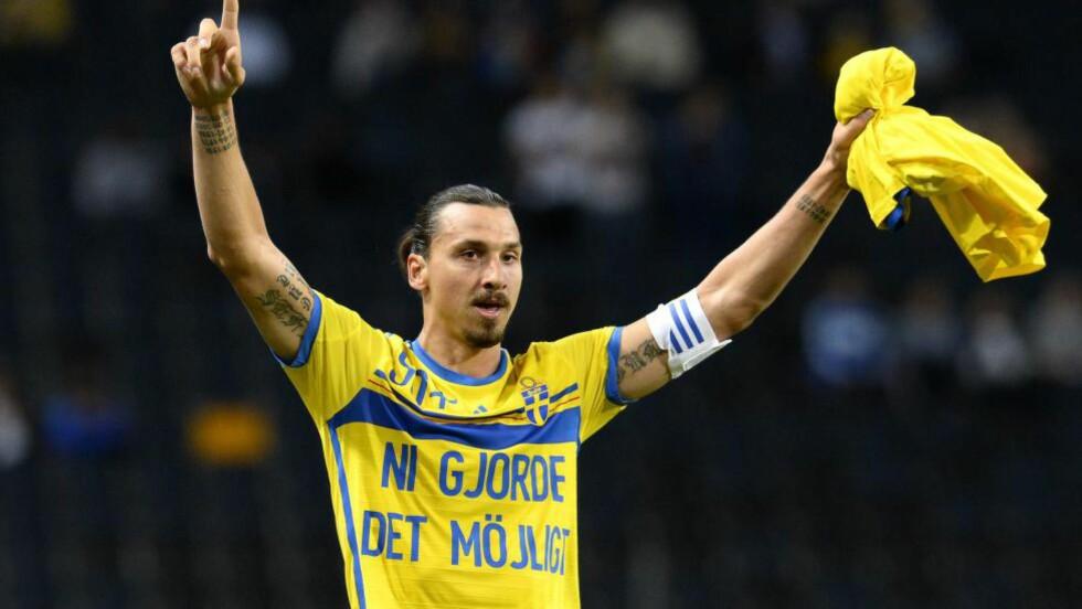 TAKKET FANSEN:  Etter å ha tatt over rekorden over flest landslagsmål for Sverige, viste Zlatan fram denne trøya til fansen. Foto: AFP PHOTO/JONATHAN NACKSTRAND