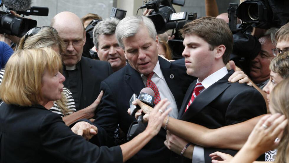 HARDT PRESSET: Tidligere guvernør i Virginia, Bob McDonnell, forlater rettsbygningen etter at han torsdag ble dømt for korrupsjon. Foto: AP Photo/Steve Helber