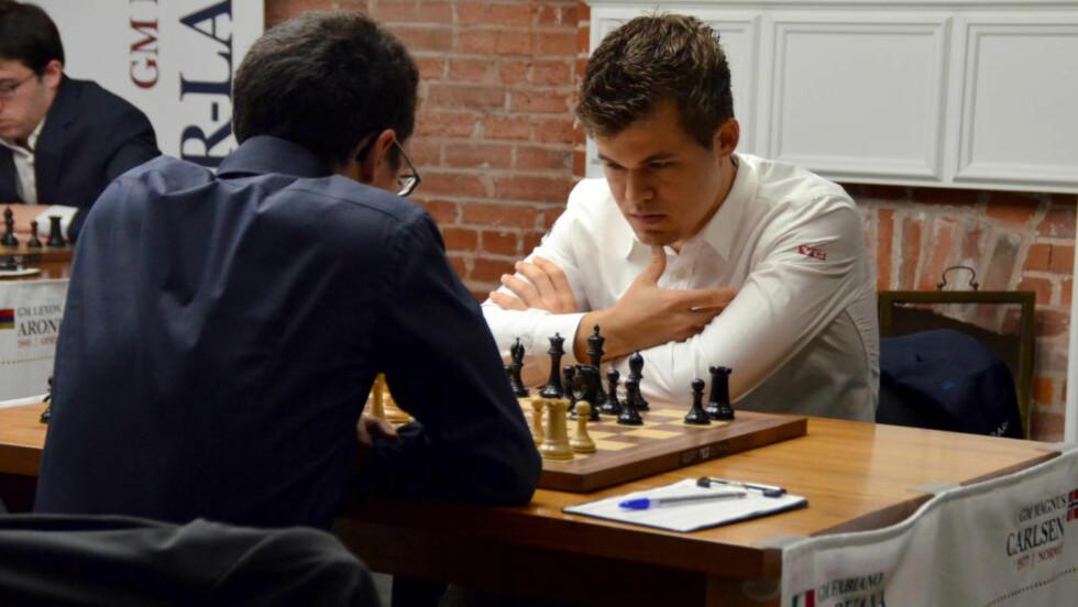 BRØT SEIERSREKKE: Magnus Carlsen klarte i natt å bryte seiersrekka til italienske Fabiano Caruna under Sinquefield Cup i St. Louis. Foto: Stringer / NTB scanpix