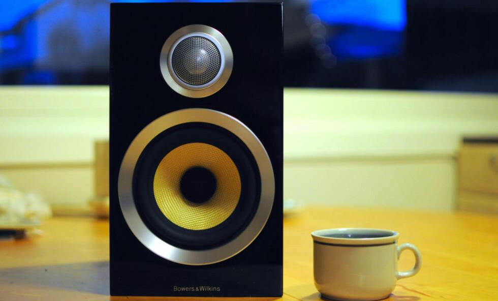 LITEN: Bowers & Wilkins CM 1 S2 tar ikke store plassen. Lyden er heller ikke stor, men svært bra. Foto: TORE NESET / DINSIDE.NO