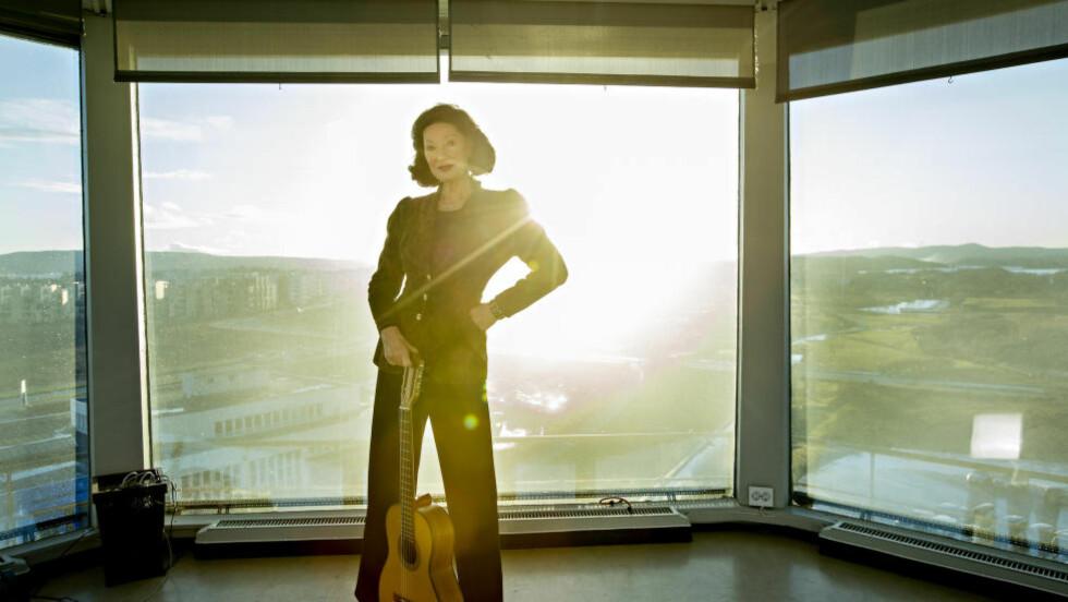 MYE ER NYTT UNDER SOLEN: Åse Kleveland i toppen av det gamle flytårnet på Fornebu, hvor hun jobber med den kommende plata. Foto: ANITA ARNTZEN