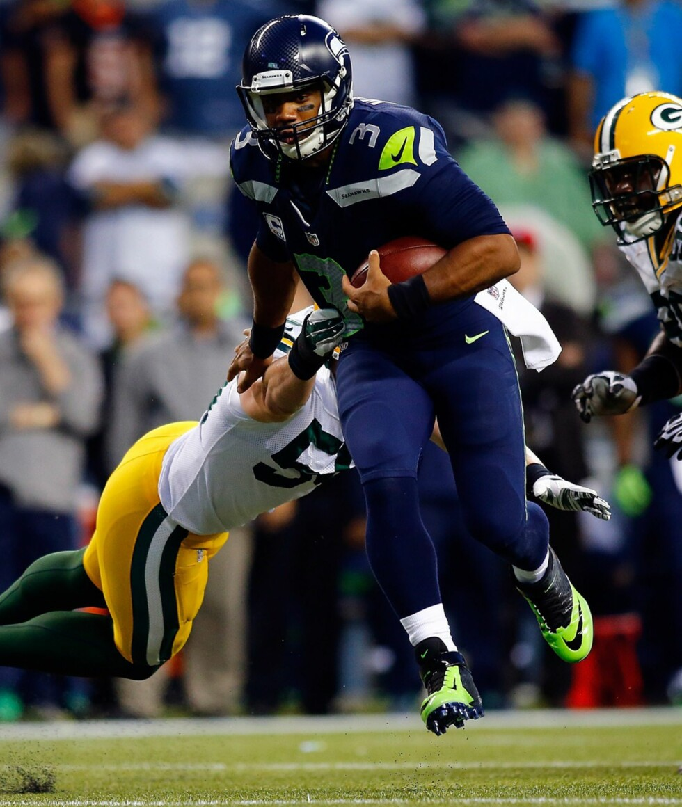 VANT DIREKTE. Seahawks vant lett i sesongdebuten. Favorittene til årets Super Bowl har innledet som ventet med lett seier mot Green Bay Packers. Her forserer quarterback Russel Wilson i oppgjør mot Green Bay Packers i fjor. Foto: AFP.
