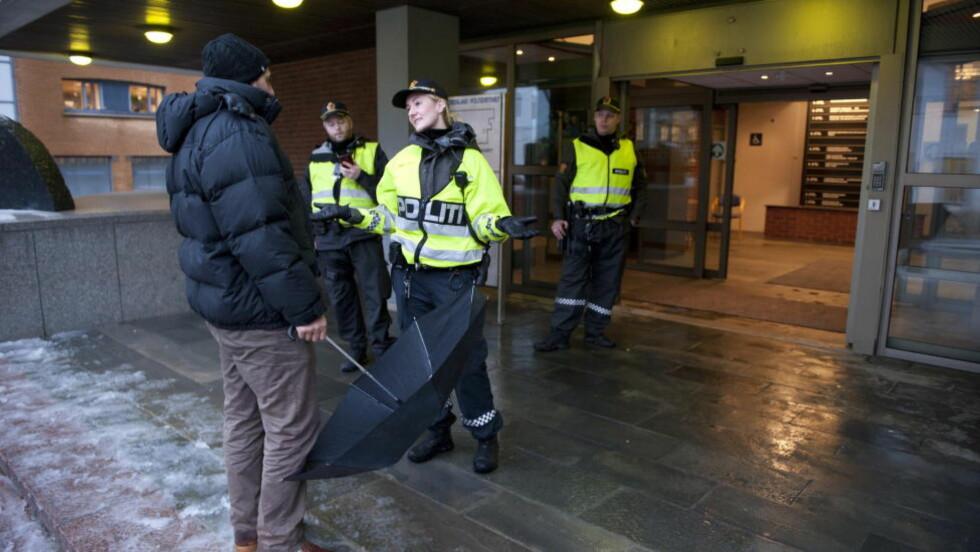 LØSTE SEG: En person truet med å sette fyr på seg selv inne på Politihuset i Bergen. Huset måtte evakueres. Foto: Tor Erik H. Mathiesen