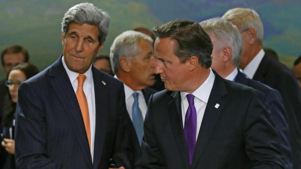MØTE: USAs utenriksminister John Kerry har bedt Storbritannia og åtte andre land om å bidra i en koalisjon for å bekjempe islamistgruppen Den islamske staten (IS). Her er han sammen med Storbritannias statsminister David Cameron på NATO-toppmøtet i Wales. Foto: Yves Herman / Reuters / NTB scanpix
