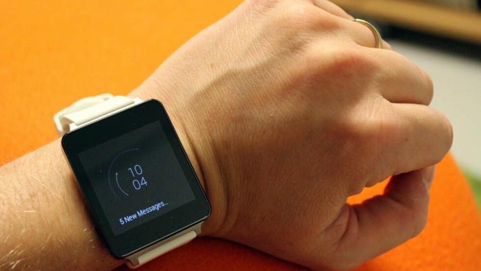 ANDROID PÅ ARMEN: Med en Android Wear-klokke kan du se varslene på telefonen din uten å dra den opp fra lomma. Foto: PÅL JOAKIM OLSEN