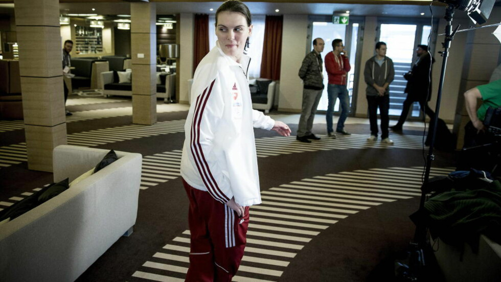 KAN STOPPE NORGE:   Ungarns målvakt Eva Kiss er kvinnen som kan stoppe Norge onsdag kveld. Hun er ikke imponert av en gruppe tilskuere som lager kvalm.  Foto: Bjørn Langsem / DAGBLADET
