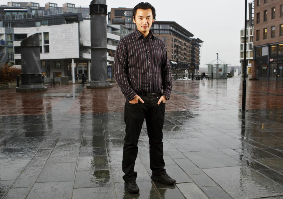 FØLGER MED PÅ KRONA: Olav Chen, fondsforvalter i Storebrand. Foto: Cornelius Poppe / Scanpix