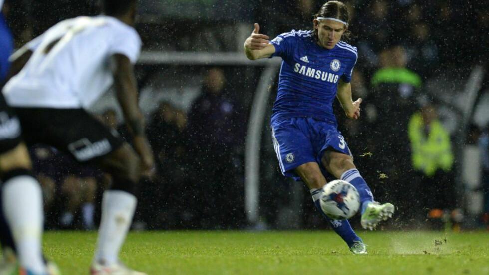0-2  Filipe Luis banket inn et frisparkmål i ligacupkampen mot Derby.  Foto: NTB Scanpix