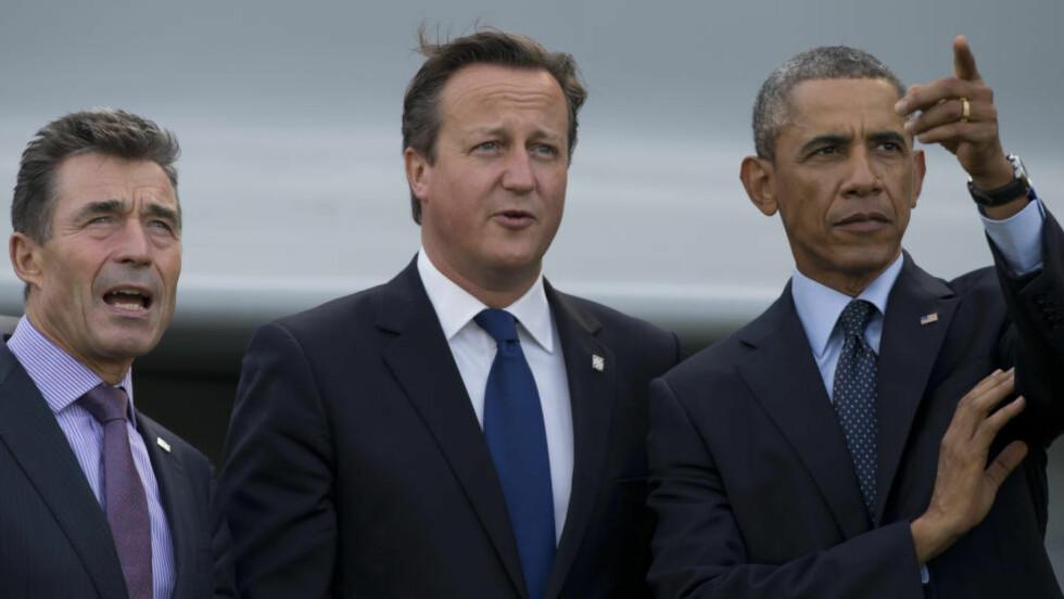 MØTTES I WALES:  Stats- og regjeringsledere fra NATOs 28 medlemsland, blant dem Storbritannias David Cameron (i midten) og USAs Barck Obama (til høyre), møttes til toppmøte i Wales torsdag og fredag. Her er de sammen med avtroppende generalsekretær i NATO Anders Fogh Rasmussen. Foto: AP Photo/Jon Super