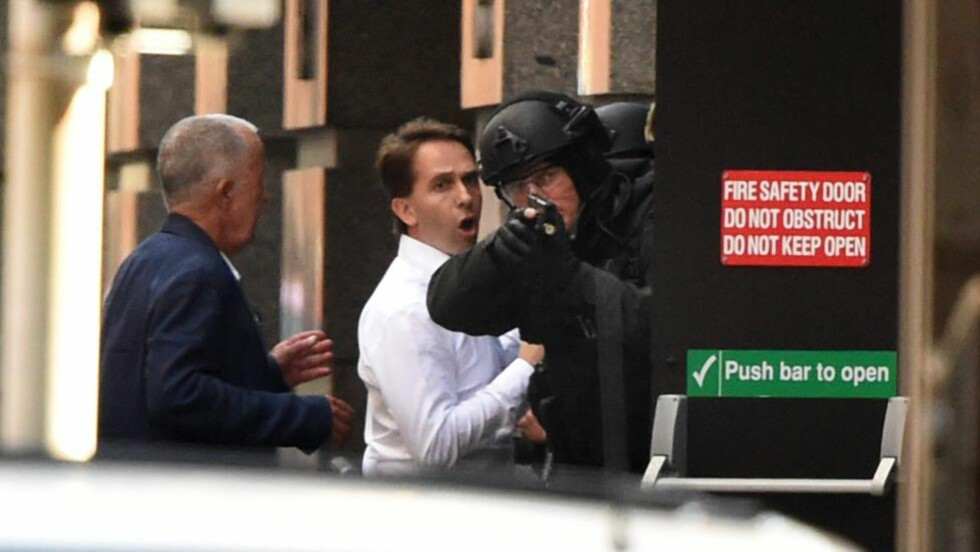 KOM SEG UNNA: Gislene John O'Brien (til venstre) og Stefan Balafoutis greide å komme seg unna gisseltakeren før politiet stormet kafeen i Sydney noen timer seinere. Foto: William West / AFP / NTB Scanpix