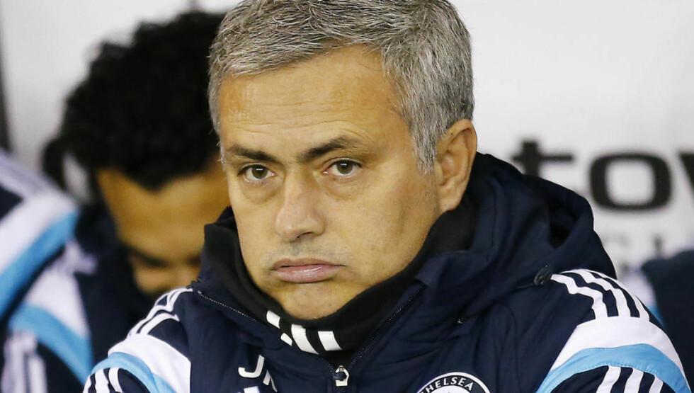 KJØLIG: Det kunne se ut som om Jose Mourinho tidvis sleit med å holde varmen på iPro Stadium i går kveld. Likevel tok laget hans seg videre og de blåkledde er dermed fortsatt med i samtlige turneringer. Foto: REUTERS/Darren Staples/NTB Scanpix