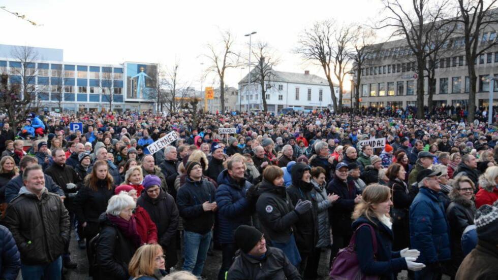 VIL BEHOLDE SYKEHUSET:  Forrige søndag samlet tusenvis av mennesker seg på Kongens Plass i Kristiansund, for å stoppe planene om å flytte sykehuset til Molde. Foto: SOLVEIG OTERHALS LANDSVIK/ROMSDALS BUDSTIKKE