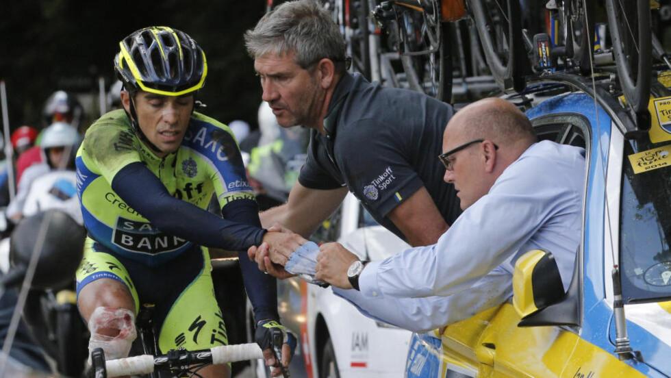 MÅTTE BRYTE: Støtteapparatet gjorde det de kunne for å lappe sammen Alberto Contador, men stjernen hadde ingen sjanse til å fullføre 10. etappe i sommerens Tour de France. Foto: AP Photo/Christophe Ena