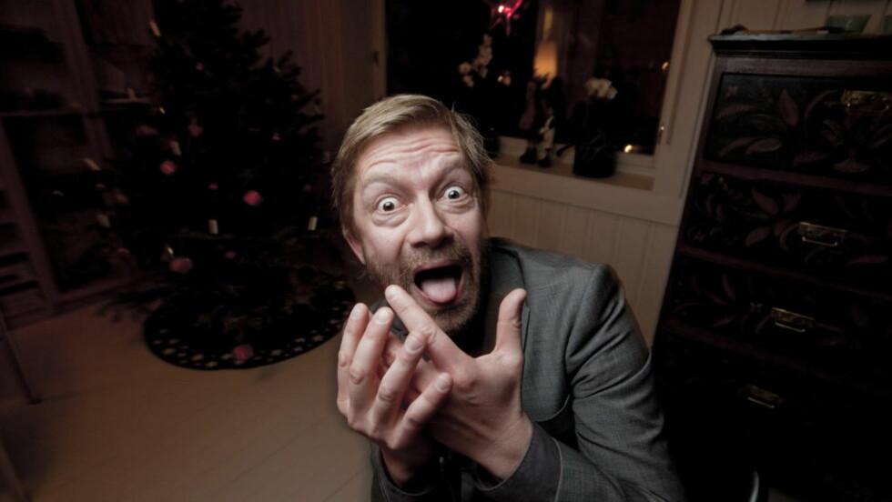 Bjarte Tjøstheim, programleder i NRK, fotografert hjemme i Oslo. Lørdag vant han prisen i kategorien «årets morsomste», også kalt publikumsprisen. Foto: Henning Lillegård /Dagbladet