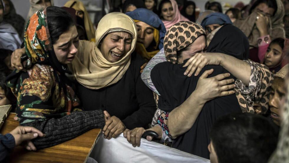 I SORG: Kvinner sørger over slektningen, den drepte skolegutten Mohammed Ali Khan (15). Opprørerne som sto bak tirsdagens skolemassakre i Peshawar har i lengre tid vært støttet av afghansk og indisk etterretning, slik pakistansk etterretning støtter Taliban-opprørerne i Afghanistan. Foto: Reuters / NTB scanpix