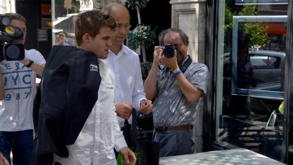KOBLET AV: Magnus Carlsen og faren Henrik i St. Louis i USA under Sinquefield Cup. Foto: Stringer / NTB scanpix