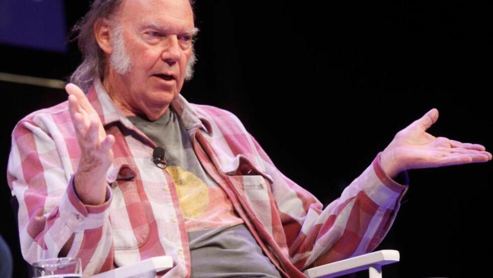 SKUFFET, NÅ: «Siden cd-plata ble lansert er lytterne blitt fratatt den hele og fulle lytteopplevelsen» har Neil Young uttalt. I den digitale musikktjenesten Pono Music skulle Young levere høyoppløst lyd i studiokvalitet. Nå raser brukere over at det meste i butikken, inkludert Youngs egne album, bare er i ordinær cd-kvalitet. Sånn kan det gå når en «Dreamin' Man» skal drive butikk. Vi som ikke har investert i Pono-spilleren, kan i stedet glede oss over flere Young-klassikere på remastret vinyl. Foto: AFP / NTB SCANPIX