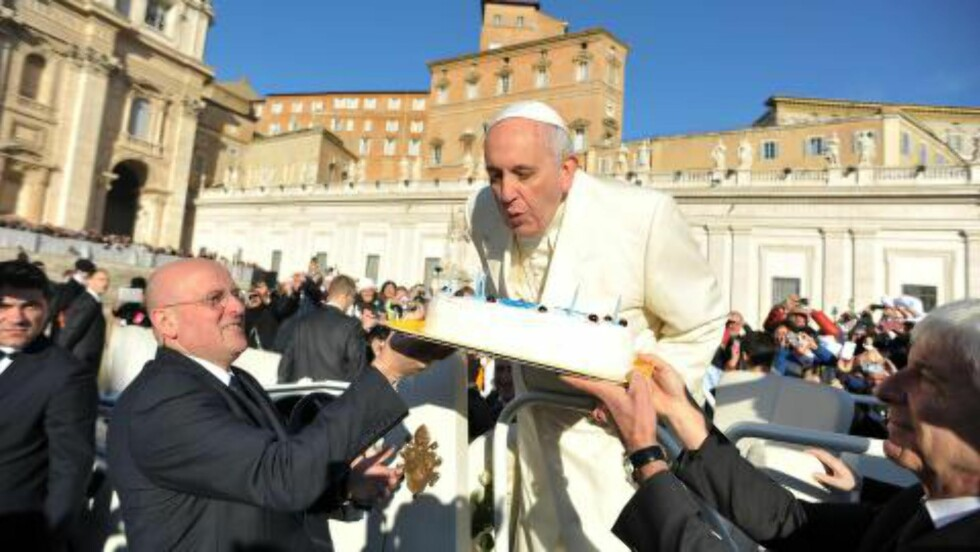 TOPSHOTS This handout picture released on December 17, 2014 by the Vatican press office shows Pope Francis blowing the candles of a birthday cake to celebrate his 78th birthday during a general audience at the Vatican. Foto: NTB Scanpix