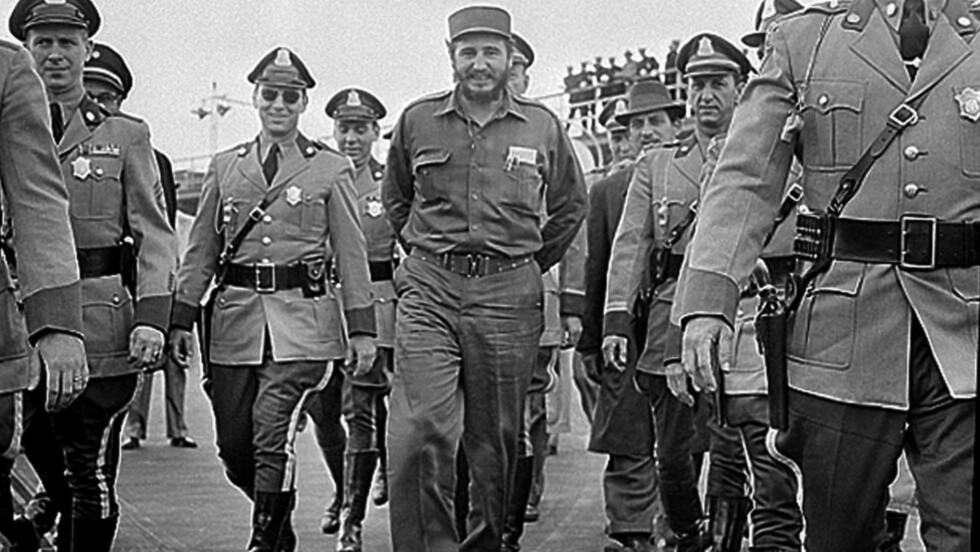 SISTE SAMTALER: Her er Cubas daværende president Fidel Caste på flyplassen i Boston, der han blir eskortert av statlig politi. Året 1959 markerte vendepunktet i forholdet mellom USA og Cuba. En betent situasjon som har vart helt fram til i dag. Foto: AP/NTB Scanpix