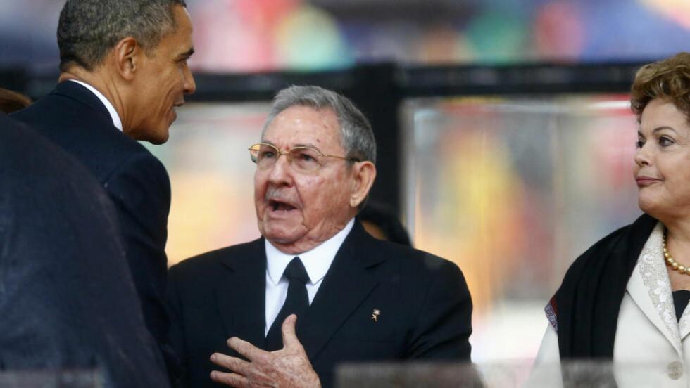 NY START  I forrige presidentperiode tok USAs president Barack Obama til orde for en ny start i forholdet mellom USA og Cuba. Her hilser de to statslederne på hverandre under minnestunden for Nelson Mandela i desember i fjor. Nå ligger det trolig an til å konkretisere løftene. Diplomatiske og andre kilder varsler at det skal startes samtaler med tanke på normalisering av forbindelsene mellom de to landene. Foto: Kai Plaffenbach/ Reuters