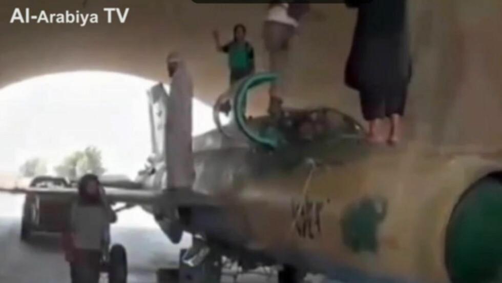 UTFORDRER PUTIN:  I en ny video utfordrer krigere fra Islamsk stat en ny stormakt. - Denne skal vi sende til deg, sier de om jetflyet på de står på.